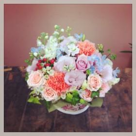 フラワーアレンジメント 薔薇、八重咲きトルコキキョウ、大輪カーネーション、スプレー薔薇、 スプレーストック、デルフィニウム、スイトピー、ヒペリカム、アイビー、ピットスフィラム