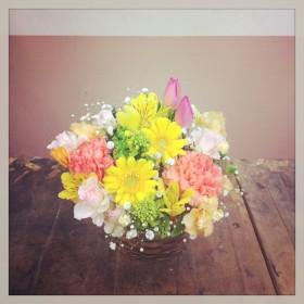 フラワーアレンジメント使用花材 ガーベラ、チューリップ、大輪カーネーション、スプレーバラ、アルストロメリア、 スイトピー、菜の花、かすみ草