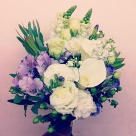 ブーケ風花束 カラー、八重咲きトルコキキョウ、アルストロメリア、スプレーストック、金魚草、八重咲きフリージア、リューカデンドロン、ヒペリカム