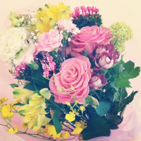 花束 大輪バラ、八重咲きトルコキキョウ、スプレーバラ、スプレーカーネーション、ビバーナム、アルストロメリア、ブバルディア、かすみ草、オンシジューム