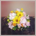 フラワーアレンジメント使用花材 ひまわり、大輪カーネーション、アルストロメリア、紅花、染めかすみ草、そけい