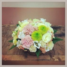 フラワーアレンジメント 変わり菊、大輪カーネーション、八重咲きトルコキキョウ、スプレーカーネーション、カンパニュラ、スターチス、レザーファン