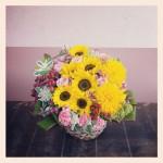 フラワーアレンジメント使用花材 ヒマワリ、八重咲きヒマワリ、スプレーバラ、スプレーカーネーション、ユーフォルビア、アルケミラモリス、ヒペリカム、ハイブリッドスターチス、ドラセナ