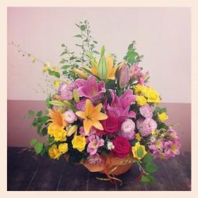 フラワーアレンジメント オリエンタルゆり、すかしゆり、大輪バラ、八重咲きトルコキキョウ、スプレーバラ、アルストロメリア、クジャク草、オンシジューム、姫水木