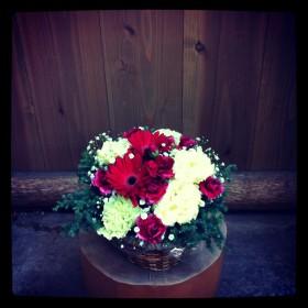 フラワーアレンジメント ガーベラ、八重咲きトルコキキョウ、大輪カーネーション、スプレーカーネーション、かすみ草、薩摩杉