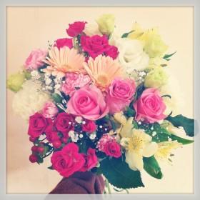 ブーケ風 花束 大輪バラ、八重咲きトルコキキョウ、スプレーバラ、スプレーカーネーション、アルストロメリア、ヒペリカム、かすみ草