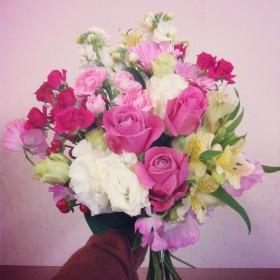 花束 大輪バラ、八重咲きトルコキキョウ、アルストロメリア、スプレーバラ、スプレーカーネーション、ガーベラ、スプレーストック、ヒペリカム、スイトピー