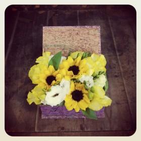 フラワーアレンジメント ボックスアレンジ ひまわり、八重咲きトルコキキョウ、フリージア、スイトピー