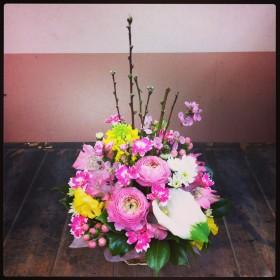フラワーアレンジメント ひなまつりアレンジ ラナンキュラス、カラー、菜の花、アルストロメリア、星咲きカーネーション、スプレーマム、スイトピー、ヒペリカム、桃の花、椿
