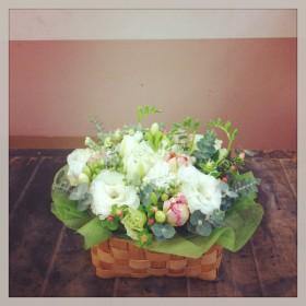 フラワーアレンジメント 八重咲きトルコキキョウ、八重咲きチューリップ、フリージア、スプレーストック、ヒペリカム、ユーカリ
