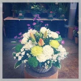 フラワーアレンジメント すかしゆり、変わり咲き菊、八重咲きトルコキキョウ、アルストロメリア、スプレーマム、手まり草、くじゃく草、ナルコユリ
