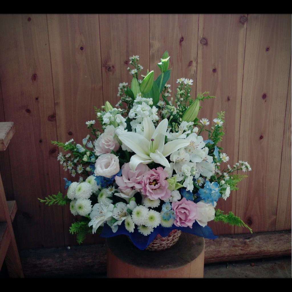 フラワーアレンジメント オリエンタルゆり、八重咲きトルコキキョウ、アルストロメリア、スプレーマム、ストック、デルフィニウム、くじゃく草、ヒバ