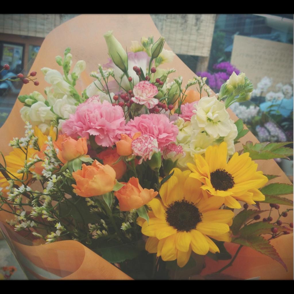 花束 ヒマワリ、大輪カーネーション、八重咲きトルコキキョウ、スプレーバラ、スプレーカーネーション、金魚草、ストック、ハイブリッドスターチス、野バラの実、キイチゴ