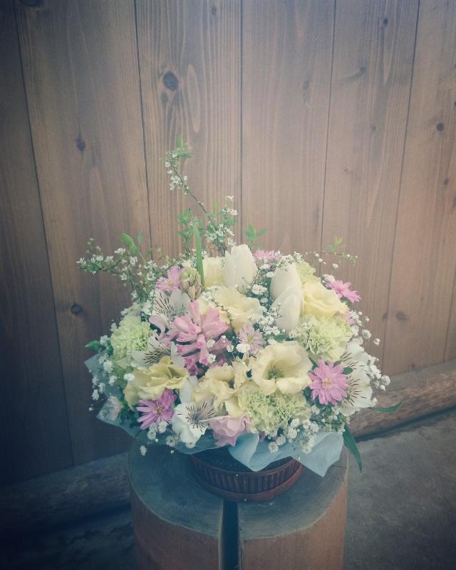 フラワーアレンジメント ヒヤシンス、チューリップ、八重咲きトルコキキョウ、アルストロメリア、スプレーカーネーション、プチアスター、かすみ草、雪柳