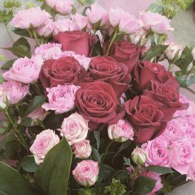 花束 大輪バラ、スプレーバラ、ブプレリウム、ドラセナ