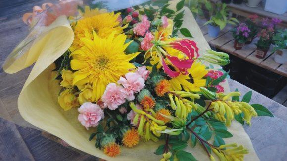 花束モネのヒマワリ、ヒマワリ、グロリオサ、紅花