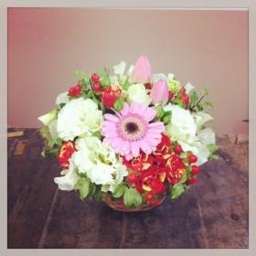 フラワーアレンジメント使用花材 ガーベラ、チューリップ、八重咲きトルコキキョウ、スプレー薔薇、スイトピー、 ヒペリカム、ピットスフィラム