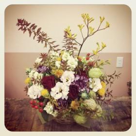フラワーアレンジメント 薔薇、八重咲きトルコキキョウ、大輪カーネーション、紅花、スプレー咲きストック、 ヒペリカム、風船唐綿、カンガルーポー、雪柳