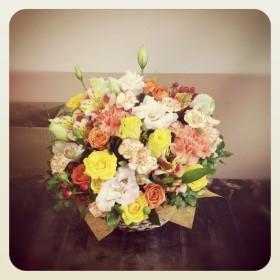 フラワーアレンジメント 薔薇、八重咲きトルコキキョウ、大輪カーネーション、スプレー薔薇、 スプレーカーネーション、アルストロメリア、ヒペリカム、ピットスフィラム