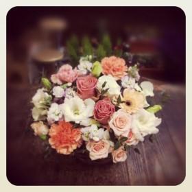 フラワーアレンジメント 薔薇、大輪カーネーション、八重咲きトルコキキョウ、ガーベラ、 スプレー薔薇、スプレーストック、スイトピー、ユーカリ