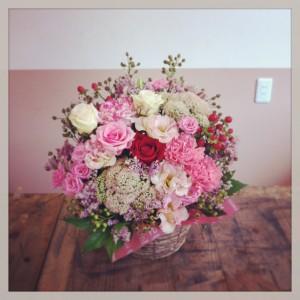 フラワーアレンジメント 薔薇、八重咲トルコキキョウ、大輪カーネーション、スプレー薔薇、セダム、ハイブリッドスターチス、ヒペリカム、野薔薇の実、木苺