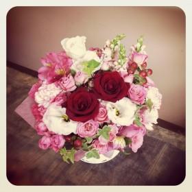 フラワーアレンジメント 薔薇、八重咲トルコキキョウ、スプレー薔薇、アルストロメリア、金魚草、ヒペリカム、アイビー
