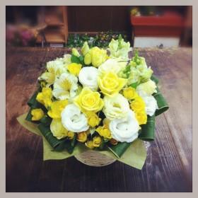 フラワーアレンジメント 薔薇、八重咲トルコキキョウ、スプレー薔薇、アルストロメリア、金魚草、ドラセナ