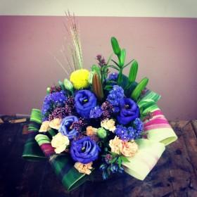 フラワーアレンジメント すかしゆり、八重咲きトルコキキョウ、ポンポン菊、すすき、スプレーカーネーション、フジバカマ、スターチス、りんどう、ドラセナ