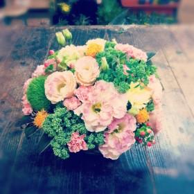 フラワーアレンジメント 八重咲きトルコキキョウ、セダム、スプレーカーネーション、紅花、ヒペリカム、手まり草、ドラセナ