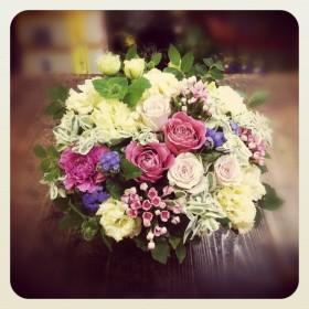 フラワーアレンジメント使用花材 バラ、スプレーバラ、八重咲きトルコキキョウ、大輪カーネーション、ブバルディア、 アゲラタム、ユーホルビア、姫水木