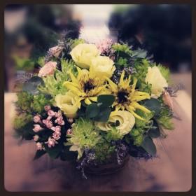 フラワーアレンジメント ゴッホのひまわり、八重咲きトルコキキョウ、スプレーバラ、スプレーマム、ブバルディア、ブプレリウム、ユーカリ