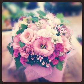 フラワーアレンジメント使用花材 八重咲きトルコキキョウ、一重咲きトルコキキョウ、スプレーバラ、アルストロメリア、 ブバルディア、房すぐり