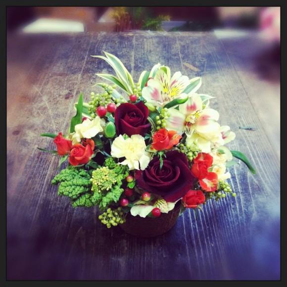 フラワーアレンジメント バラ、スプレーバラ、スプレーカーネーション、アルストロメリア、菜の花、ヒペリカム、青もじ、ドラセナ