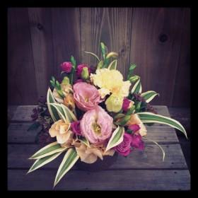 八重咲きトルコキキョウ、スプレーバラ、大輪カーネーション、スイトピー、フリージア、ドラセナ、がまずみ