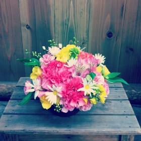 フラワーアレンジメント 大輪カーネーション、アルストロメリア、スプレーバラ、スプレーカーネーション、菜の花、マーガレット、青もじ