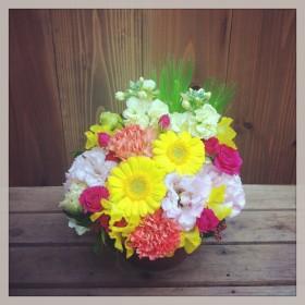 フラワーアレンジメント ガーベラ、八重咲きトルコキキョウ、大輪カーネーション、スプレーバラ、スプレーストック、スイトピー、麦、がまずみ
