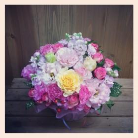 フラワーアレンジメント 大輪バラ、八重咲きトルコキキョウ、大輪カーネーション、ラナンキュラス、スプレーバラ、スプレーストック、スイトピー、ヒペリカム、ドラセナ、ゴッドセフィアナ