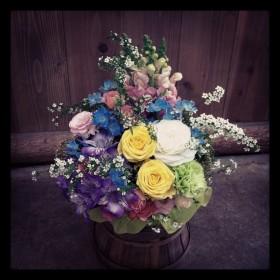 フラワーアレンジメント使用花材 大輪バラ、ラナンキュラス、大輪カーネーション、八重咲きトルコキキョウ、アルストロメリア、金魚草、デルフィニウム、雪柳