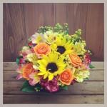 フラワーアレンジメント使用花材 ひまわり、スプレーバラ、アルストロメリア2種、スプレーカーネーション、ソリダコ、ヒペリカム、レモンリーフ