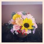 フラワーアレンジメント使用花材 ひまわり、ガーベラ、スプレーバラ、なでしこ、ヒペリカム、ユーカリ