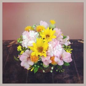 フラワーアレンジメント ひまわり、大輪カーネーション、アルストロメリア、紅花、染めかすみ草、そけい