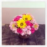 フラワーアレンジメント使用花材 ひまわり、スプレーバラ、スプレーカーネーション、アルストロメリア、ライスフラワー