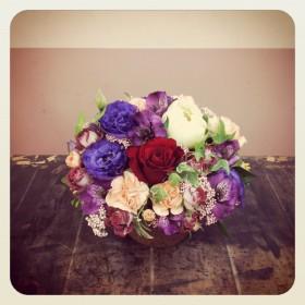 フラワーアレンジメント 大輪バラ、芍薬、八重咲きトルコキキョウ、スプレーバラ、スプレーカーネーション、アルストロメリア、ライスフラワー、アイビー