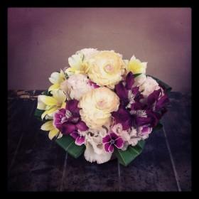 フラワーアレンジメント ラナンキュラス、八重咲きトルコキキョウ、アルストロメリア、なでしこ、ドラセナ
