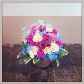 フラワーアレンジメント トルコキキョウ、スプレーカーネーション、八重咲きなでしこ、デルフィニウム、ナルコユリ