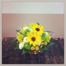 フラワーアレンジメント ひまわり、八重咲きトルコキキョウ、手まり草、紅花、アルストロメリア、染めかすみ草、レザーファン