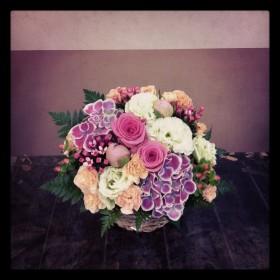 フラワーアレンジメント 大輪バラ、アジサイ、八重咲きトルコキキョウ、芍薬、スプレーカーネーション、ブバルディア、ヒペリカム、レザーファン