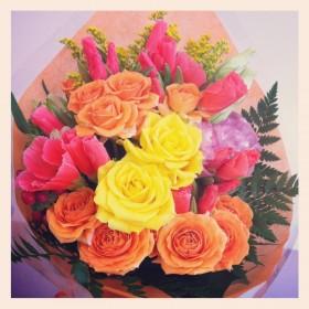 フラワーアレンジメント 大輪バラ、スプレーバラ、ゴテチャ、八重咲きトルコキキョウ、ソリダコ、ヒペリカム、レザーファン