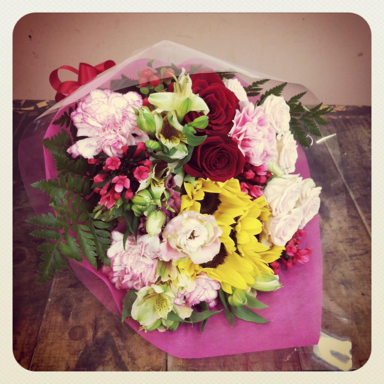 花束使用花材 大輪バラ、ひまわり、大輪カーネーション、スプレーバラ、八重咲きトルコキキョウ、ブバルディア、アルストロメリア、ヒペリカム、レザーファン