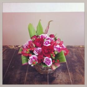 フラワーアレンジメント使用花材 スプレーバラ、スプレーカーネーション、アルストロメリア、ヒペリカム、ドラセナ